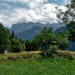 Trockenmauer. Im Hintergrund Hirschberg, Mittagsfluh und Kanisfluh.