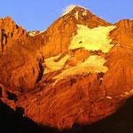 Blümlisalp im Alpenglühn (Teleaufnahme von Kandersteg)