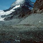 Blick zur Hörnlihütte am Hörnligrat, der Ostwand und Nordwand des Matterhorns scharf abgrenzt