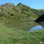 Der Blaue See. Darueber das Portlahorn. Links vom See fuehrt der Pfad Richtung Fuerkele.