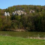 Markante Felsen vom Wanderweg an der Donau nach Kehlheim