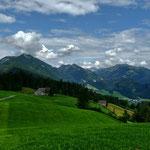 Im Osten der Talkessel von Bezau, umrahmt von Niedere/Winterstaude, Hälekopf/HInteregger, Hirschberg und Mittagsfluh