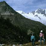 Beim Aufstieg zur Almageller Alp: Blick zum Mittaghorn mit dem Hoehenweg Britanniahütte - Plattjen und dem Feegletscher