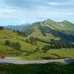 Furkajochstraße vom Wanderweg Alpe Portla - Furkajoch am Abend