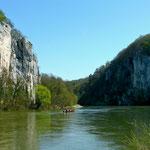 Zippe (Motorplätte) quert die Donau vom Kloster Weltenburg zum anderen Ufer