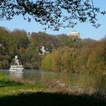 Ein Ausflugsschiff nähert sich von Kehlheim Donau aufwärts. Im Hintergrund die Befreiiungshalle