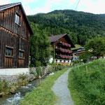 Blick rückwärts zum steilen bewaldeten Abhang der Baumgartenhöhe/Niedere