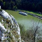 Tiefblick von der Langen Wand auf Donau und Schiffsanlegestelle beim Kloster Weltenburg