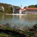 Kloster Weltenburg vom Wanderweg auf der anderen Donauseite