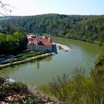 Blick vom Wanderweg auf Donau und Kloster Weltenburg