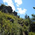 Schmaler, steiler Pfad zum Portlakopf mit mehreren hohen Stufen, die die Zuhilfenahme der Haende erfordern