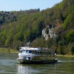 Ausflugschiff auf der Donau bei Kehlheim