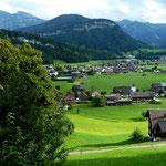 Blick über die westl. Teile von Bezau auf Kanisfluh, Gopfberg und Damülser Kamm