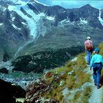 Almageller Hoehenweg mit Blick auf Saas Fee und Gebiet Hanigalp/Maellig