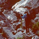 Steiler Steig mit tielweise Wassereis überzogenen Felsen.
