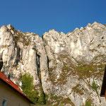 Steile Felswände ragen direkt hinter Essing auf