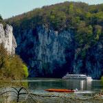 Ausflugsschiff vor den wuchtigen Felswänden in der Weltenburger Enge