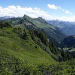 Blick vom Portlakopf zum Damuelser Glatthorn und Tuertschhorn und auf die Bergwelt des hinteren Gr. Walsertals.