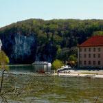 Blick vom nördlichen Donauufer auf Kloster Weltenburg und die Weltenburger Enge