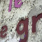 Décollement des peintures sur un mur extérieur