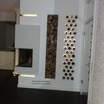 Mit integrierten Holzfach und einem beleuchteten Weinregal