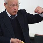 竹ピンの差し方を伝授するミスターブラシ津村!
