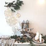 Traumfänger in naturweiß - weihnachtlich dekoriert mit einem Tannenzweig und einem Stern im Boho - Style.