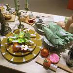 Viele schöne bunte Lebensmittel aus Glas als humorvolle Dekoration.