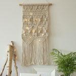 Makramee Wandbehang mit Lichterkette kombiniert und einer Palme.