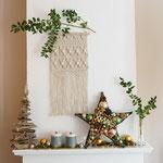 Makramee Wandteppich weihnachtlich mit Treibholzbaum - Stern und Ilexzweigen dekoriert.