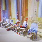 auf Stühlen drapiert, wirken sie wie Gäste einer Hochzeitsgesellschaft