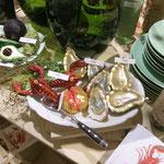 Üppig gedeckter Tisch mit Glasschmuck, der zum Feiern einlädt.
