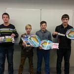 Stolz präsentieren die AG-Teilnehmer ihre Souvenirs vom Angelgerätehersteller Balzer.