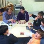 AG-Leiter Steffen Paschke erklärt seinen Schülern, wie man den perfekten Angelknoten bindet.