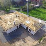 Luftbildaufnahme vom Bau eines Hauses in Holzrahmenbauweise