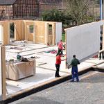 Maßarbeit - die schwebenden Wände werden von den Handwerkern millimetergenau eingepasst