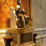 ヴァチカンの守護聖人、聖ペトロ像。