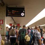 バカンスシーズンですので駅は相当混んでいます。