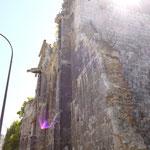古い教会跡。街の中にポツポツと火災や戦争の爪痕が残っています。