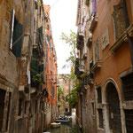 狭い路地を抜けるとこんなヴェネツィアらしい風景が。