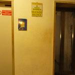 奥のエレベーター。これで鐘楼にのぼります
