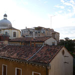 ホテルからの眺め。教会(左奥)が近いため、鐘が聴こえます
