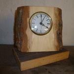 Tischuhr aus rustikalem Holz