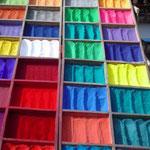 Pulver-Regenbogenfarben, erhältlich in Kathmandu