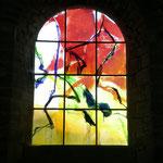 moderne Fenster im Romanischen Bau