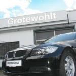 BMW vor Fassadenband