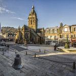 Villedieu les poêles la place de la république la fontaine l'glise et la cloche sur les marches de la mairie Décembre 2013