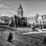 Villedieu les poêles la place de la république la fontaine l'glise et la cloche sur les marches de la mairie  Décembre2013