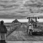 Personnes âgés regardant le changement au Mont saint Michel février 2012