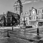 Villedieu les poêles la place de la république la fontaine et l'glise novembre2013